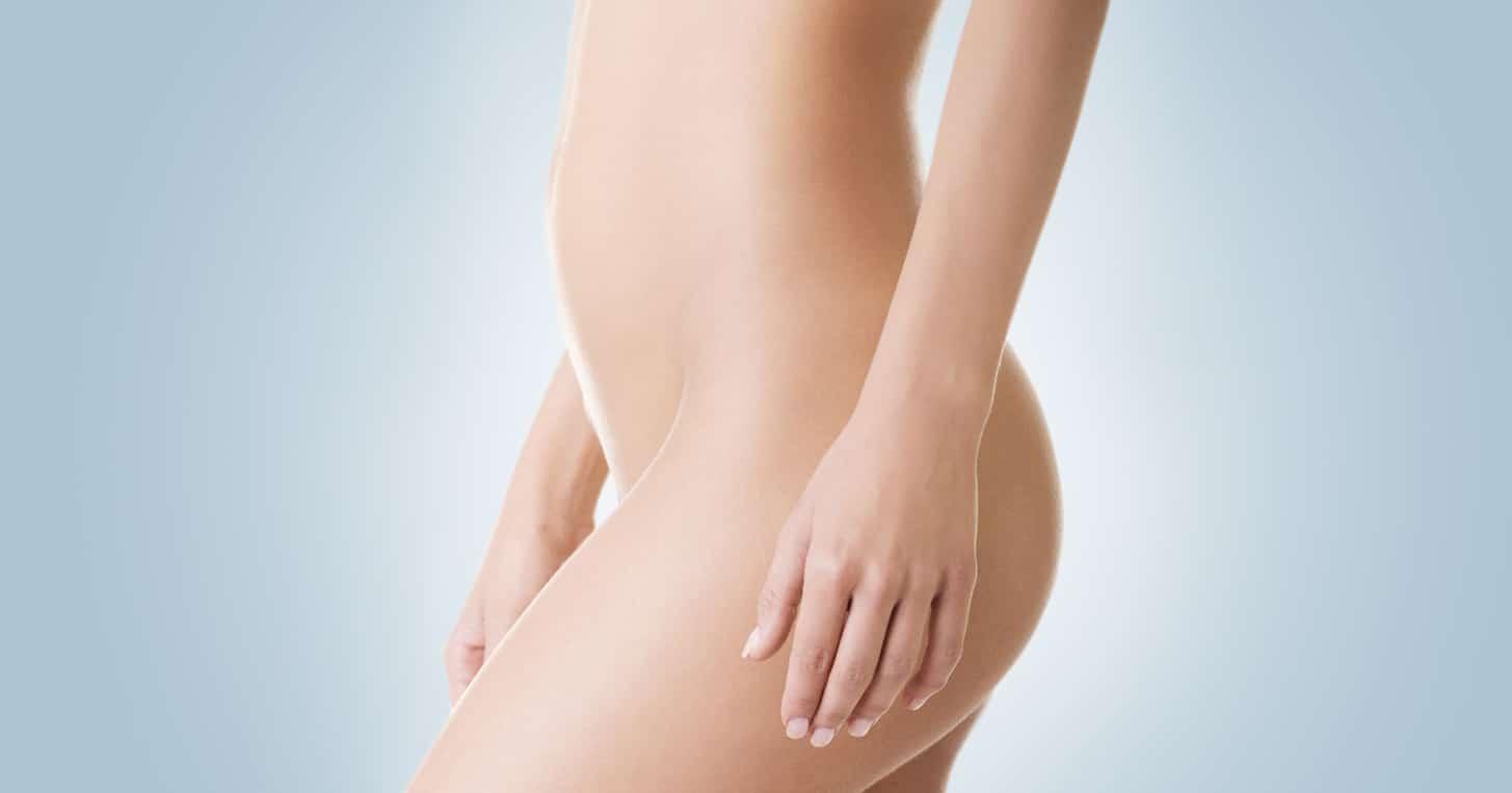 cuerpo mujer joven vista lateral sobre fondo azul medicina estetica corporal graziella moraes