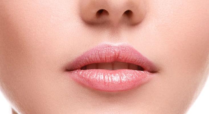 detalle de unos labios antes de un aumento labial