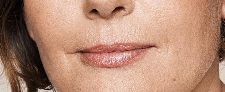 detalle de labios femeninos con problema de codigo de barras