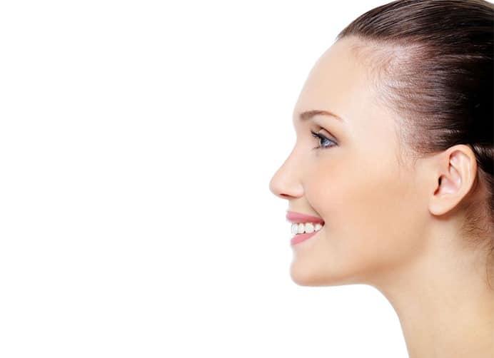 rostro de perfil de una joven bella sin arrugas en la mejilla